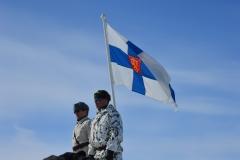 Lipunnostajat-kolmen-valtakunnan-rajapyykillä-veteraanipäivänä-Kilpisjärvellä-2015